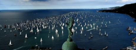 """Le barche navigano oltre il """"Faro della Vittoria"""" durante la 49esima regata di Barcolana nel Golfo di Trieste l'8 ottobre 2017. - Con circa 2072 navi, la Barcolana ha il maggior numero di partecipazioni di ogni regata velica al mondo."""