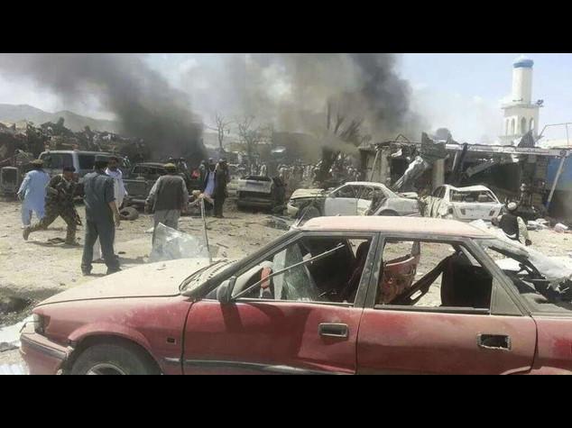 Afghanistan: camion-bomba a mercato, bilancio sale a 89 morti