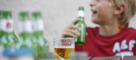 Aumentano i morti di sballo e sempre più ragazzi cedono all'alcol. Una ricerca