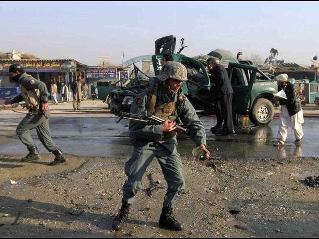 Afghanistan: kamikaze talebani in banca, civili in ostaggio