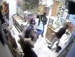 Presa la banda che rapinava i negozi con una mazzuola da cava