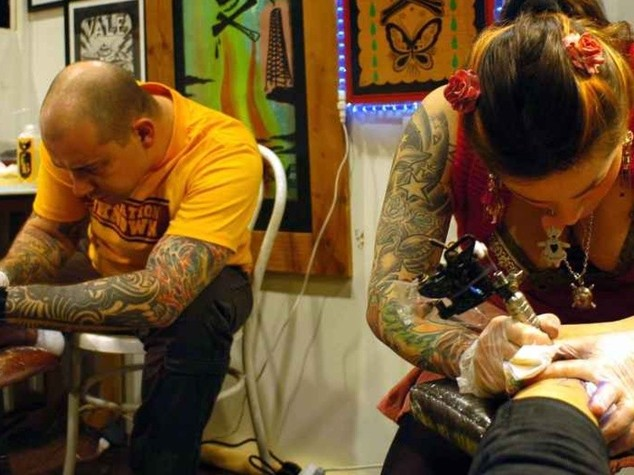 Tatuaggi e piercing: esperti lanciano l'allarme, rischio infezioni ed epatiti in un caso su quattro