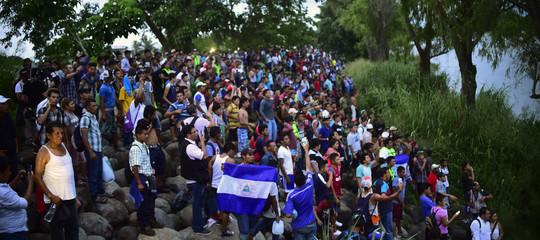 Milizie armate di estrema destra sono al confine col Messico in attesa dei migranti