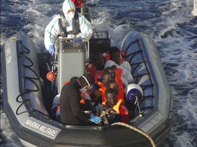 Migranti: 1. 020 profughi a Pozzallo, gommone spiaggiato su coste Salento