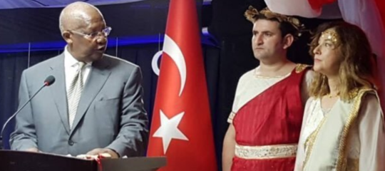 ambasciatrice turca uganda abito greco