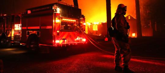 Usa: migliaia in fuga tra le fiamme in California per mega incendio