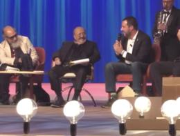 Salvini canta Albachiara di Vasco al Maurizio Costanzo Show