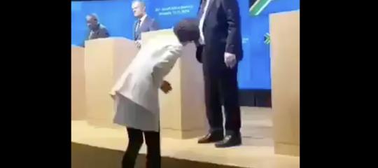 Il video in cui Junker indossa scarpe di colore diverso in conferenza stampa