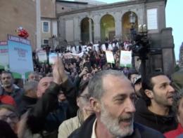 Manifestazione pro-Raggi, momenti di tensione con i giornalisti