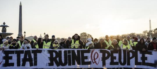 Macronnon cede alla protesta dei Gilet gialli. Restano i rincari sul carburante