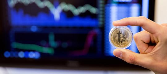 Bitcoin: il prezzo scende sotto i 4.000 dollari, ai minimi da 14 mesi