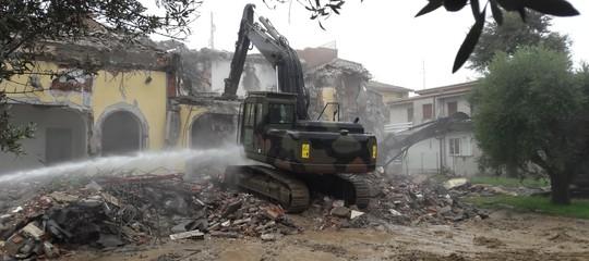 Casamonica: Salvini guida la ruspa durante la demolizione della villa confiscata