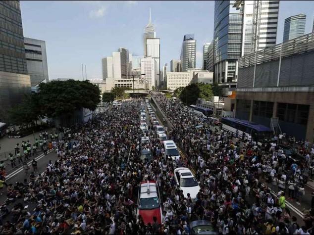 """Hong Kong, dilaga la protesta  Il governatore, """"via dalle strade"""""""