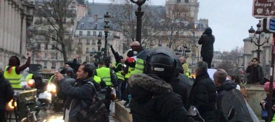 Gilet gialli: 412 fermi e 133 feriti per scontri a Parigi. Oggi vertice conMacron