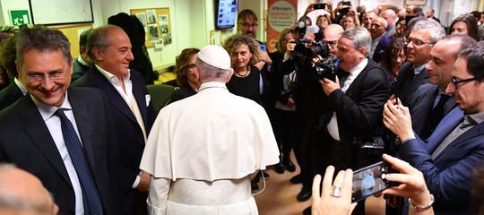 """Il Papa in visita al Messaggero: """"I giornalisti devono attenersi ai fatti"""""""