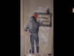 Il 'Babbo Natale turco espulso' sui muri di Milano. Firmato: Tvboy