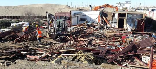 AlLungomurodi Ostia è stato demolito uno stabilimento abusivo
