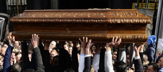 Al funerale di un commerciante morto per una rapina, suo figlio abbraccia quello del ladro