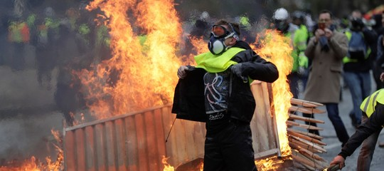 Gilet gialli: giovane manifestante travolto e ucciso da un camion ad Avignone