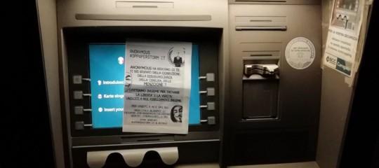 Anonymousprende di mira ibancomatma con semplici volantini incollati