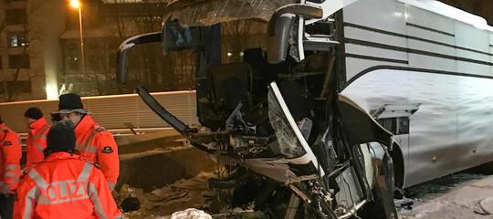 Svizzera, si schianta un pullman proveniente da Genova: morta donna, 44 i feriti