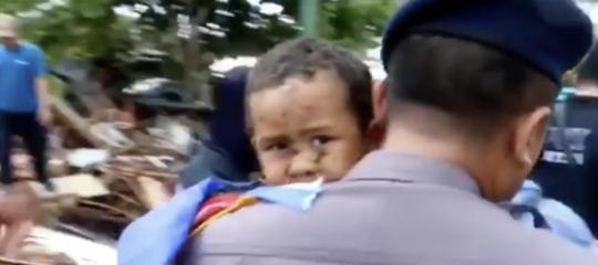 Indonesia tsunami bambino salvato
