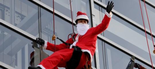 Babbo Natale passadall'Axa: stipendio doppio ai dipendenti (ma è un errore)
