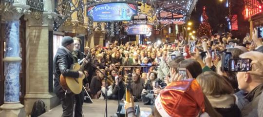L'esibizione degli U2 alla raccolta di beneficenza per i senza tetto di Dublino
