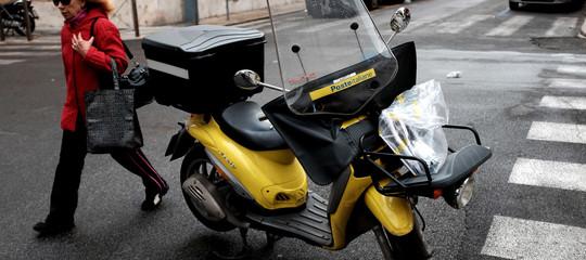 Ruba la moto del postino, ma è senza casco e lo arrestano