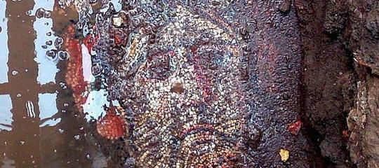 In Turchia c'è un mosaico romano in mezzo alla spazzatura