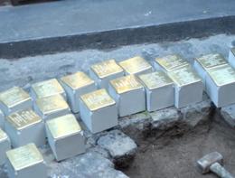 Le pietre d'inciampo che erano state rubate sono tornate al loro posto