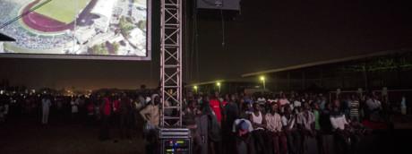 La folla assiste alla proiezione del documentario 'Numero 12' ad Accra