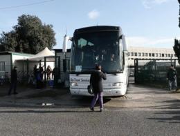 Il momento in cui Rossella Muroni blocca il pullman dei migranti