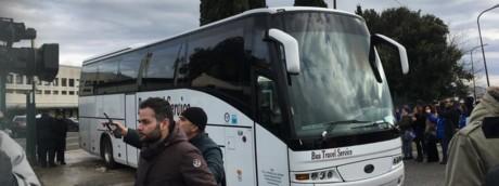 Uno dei pullman su cui vengono trasferiti i migranti del Cara di Castelnuovo di Porto