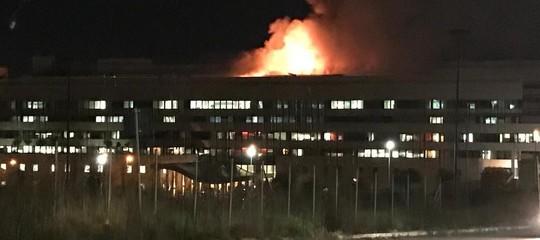 Un incendio è divampato in serata nella ex palazzinaAlitaliaallaMagliana
