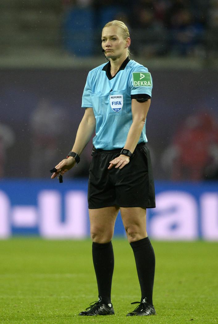 La donna arbitro che fa paura all