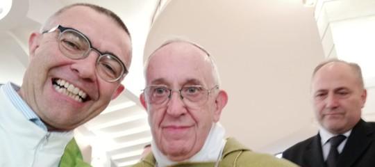 Papa Francesco si fa fotografare con laspilletta'Apriamo i porti'
