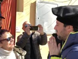Il ministro Salvini indossa la berrittasarda e fa felice una fan