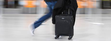 Un passeggero con un bagaglio a mano