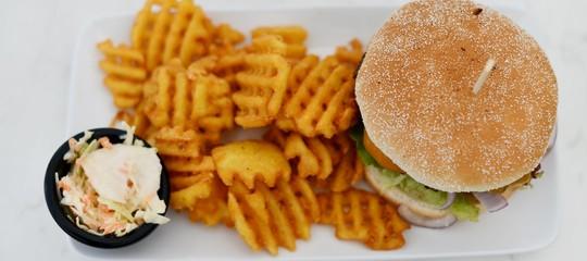 Nei fast food porzioni di hamburger e patatine sempre più grandi e caloriche