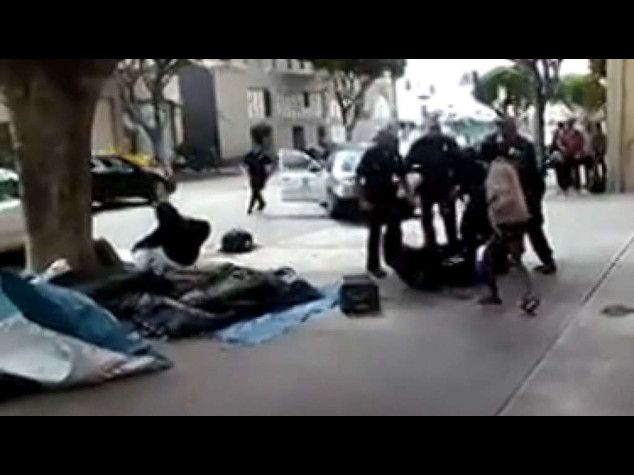 Los Angeles: clochard ucciso dalla polizia, divampa la polemica (VIDEO)