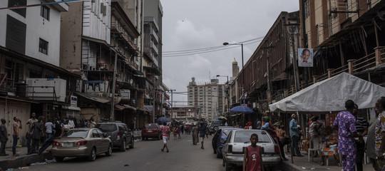 crolla scuola Lagos 100 bambini sotto macerie