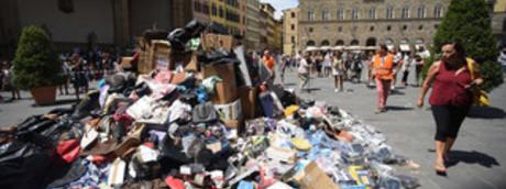 Migliaia di articoli contraffatti sequestrati e ammassati in piazza della Signoria a Firenze
