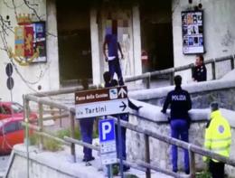 La poliziotta che afferra al volo il suicida