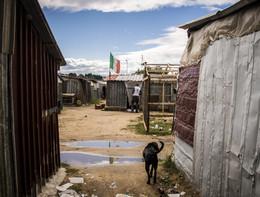 Migranti: incendio nella tendopoli che ha preso il posto delle baracche a San Ferdinando, un morto