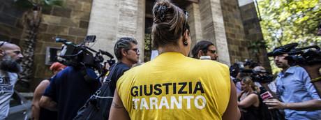 Una manifestazione sull'Ilva di Taranto davanti al Mise