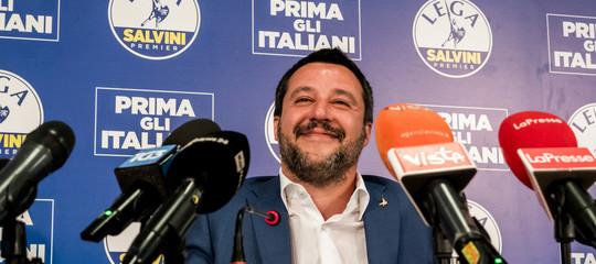 Salvini sorridente davanti ai microfoni