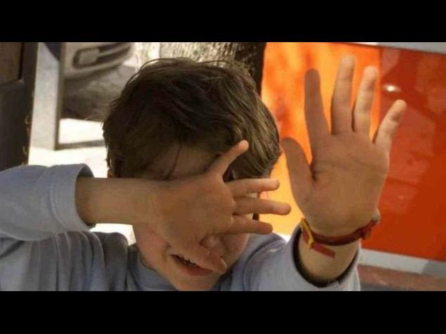 Orrore a Napoli: 11enne violentato dal padre e venduto sul web