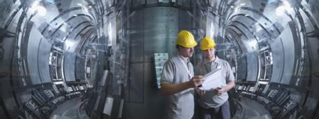 Ingegneri al lavoro in un reattore per la fusione nucleare