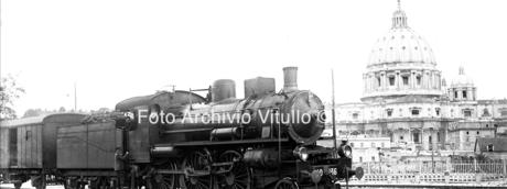 Passaggio treno merci alla stazione Vaticana, veduta San Pietro sullo sfondo